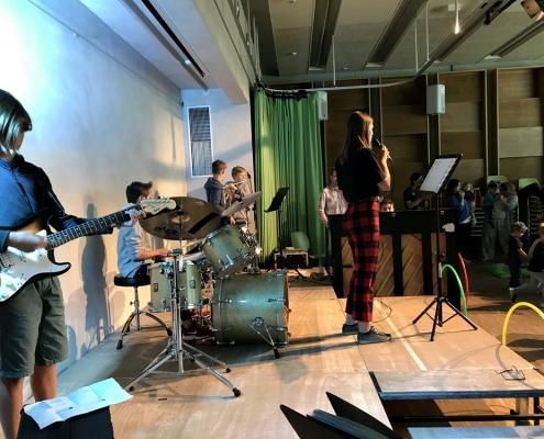 Krötenkonzert im Saal der Stadtteilschule Drewitz