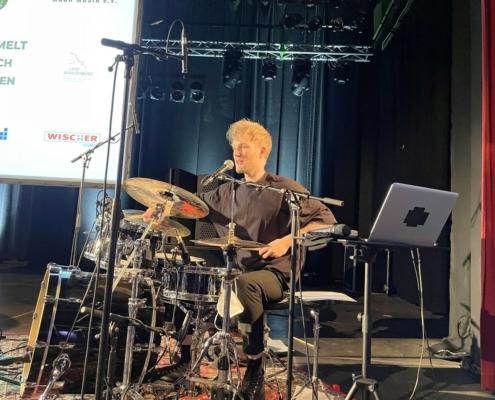 Philip Dornbusch, Lehrer der Musikschule bei der Drumsession am 18.09.2021 im Lindenpark in Potsdam